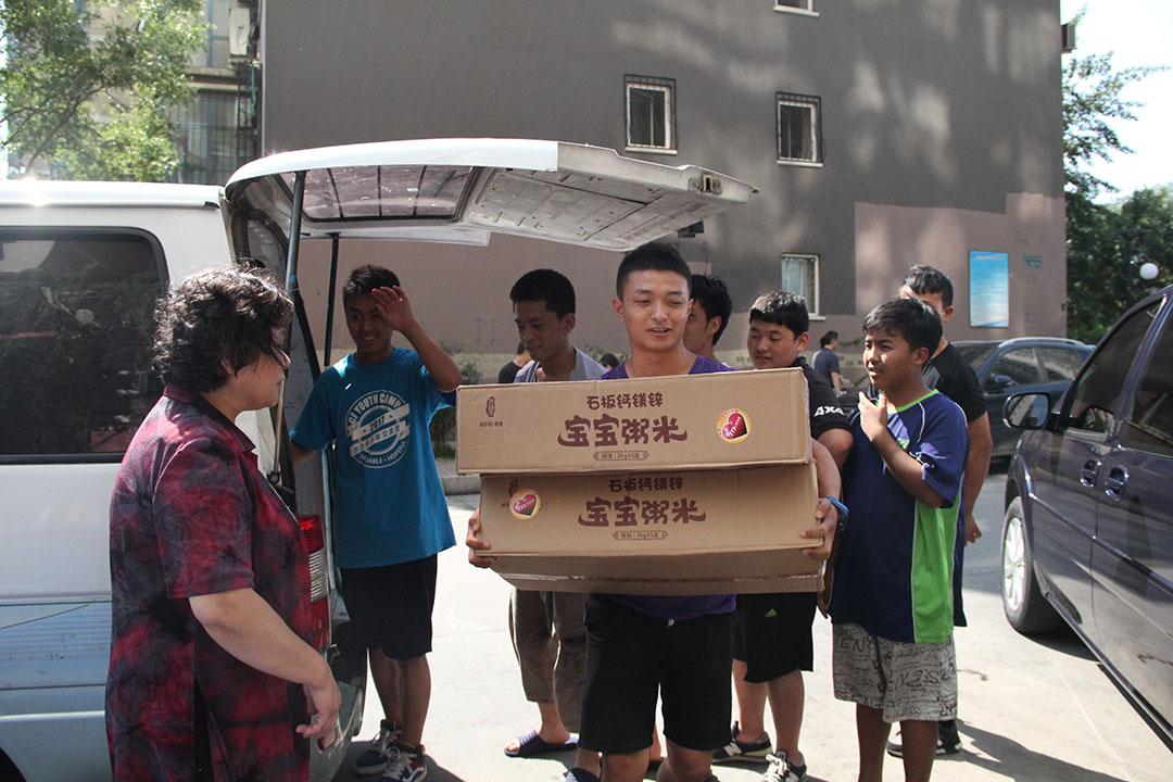 孩子们搬米.jpg