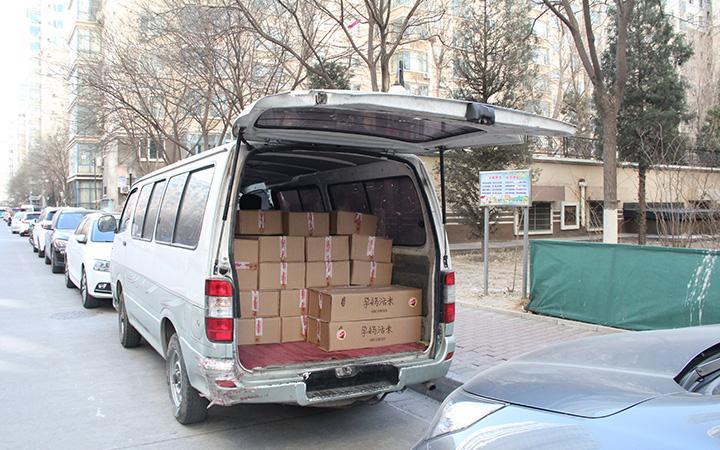 面包车运送大米
